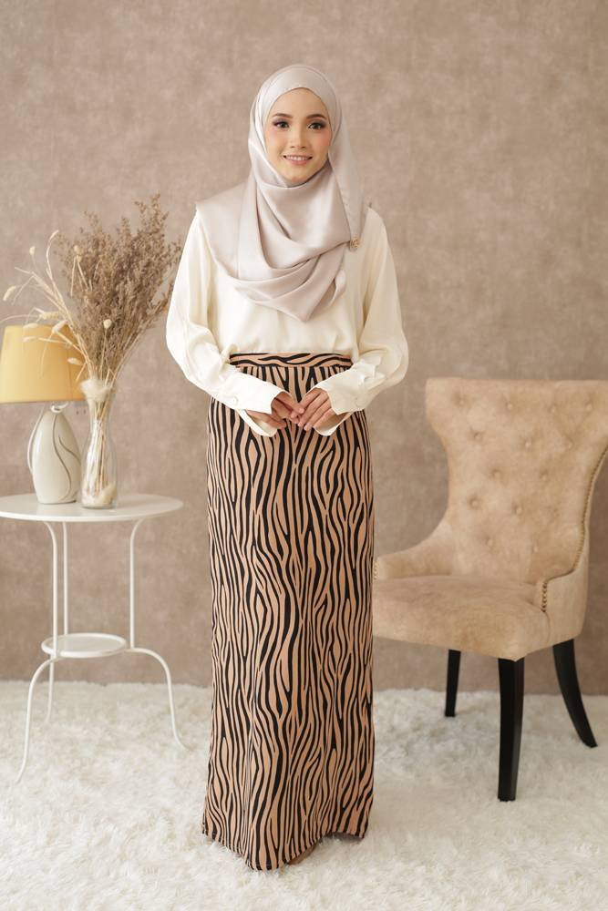 Che Kiah Moden Kurung in Nude (Limited Edition)